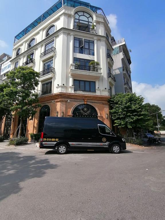 Cho thuê toà khách sạn 3 sao đường Trung Kính mới lô góc 2 mặt. Giá= 180tr/th