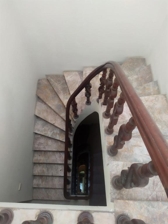Cho thuê nhà riêng phố Trần Quốc Hoàn: DTSD 250m2, R 4.5m, 5T, giá 18tr (MTG) - SĐT: 0852639807.