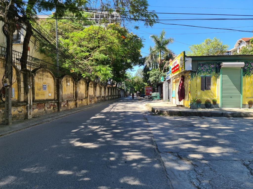 Cho thuê nhà riêng Hoàng Quốc Việt: DTSD 360m2, R 4.5m, 4T, giá 26tr (MTG) - SĐT: 0852639807.