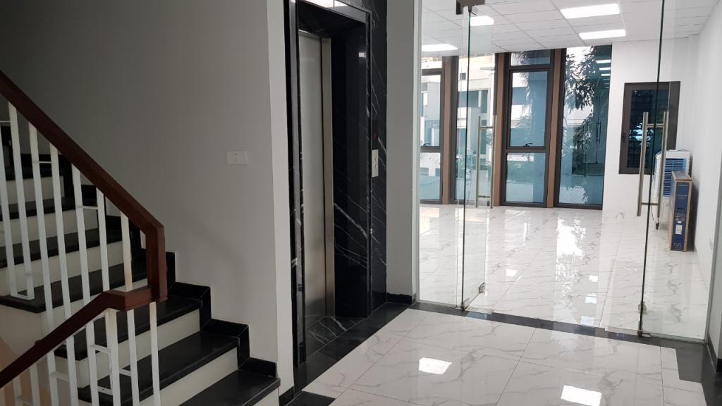 Cho thuê nhà nguyên căn đường Nguyễn Khánh Toàn: DTSD 600m2, 8T - thang máy.