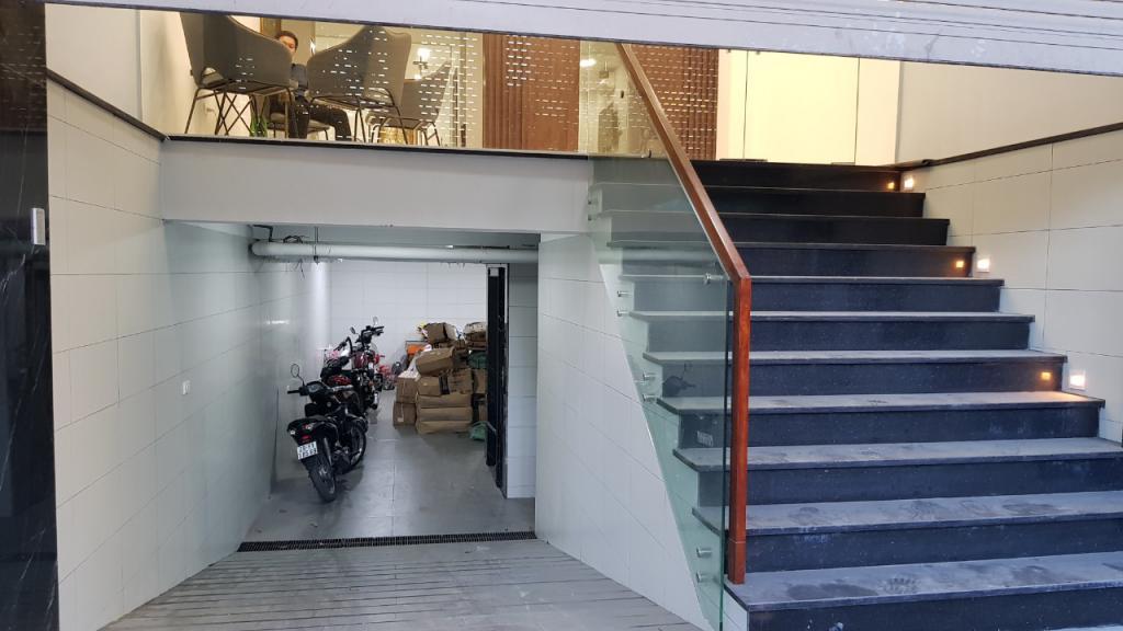 Cho thuê nhà nguyên căn đường Nguyễn Văn Huyên: DT 75m2, 7T - thang máy tốc độ cao.
