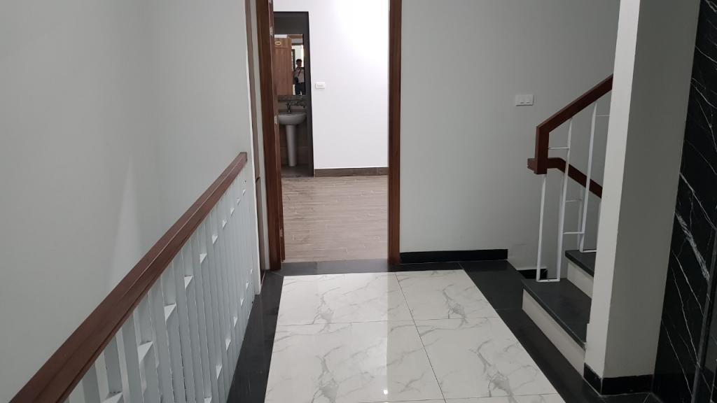 Cho thuê toà nhà đường Nguyễn Khánh Toàn: DTSD 600m2, 8T - thang máy có hầm để xe.