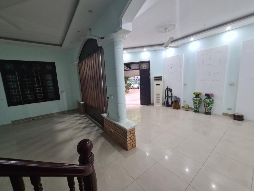Cho thuê nhà 89 Nguyễn Phong Sắc: DTSD 280m2, 4 tầng, đủ điều hoà, giá 25tr (MTG) - lô góc.