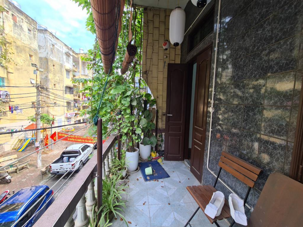 Cho thuê nhà Hoàng Quốc Việt: DTSD 240m2, MT 6m - đối diện khu tập thể.