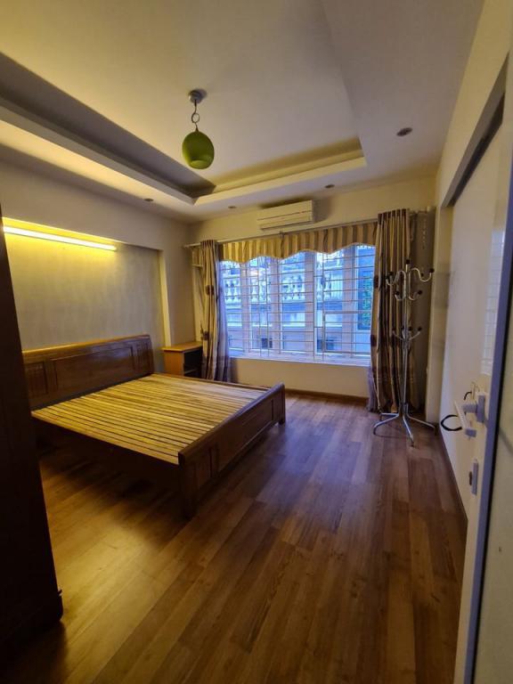 Cho thuê nhà riêng Hoàng Quốc Việt: DTSD 200m2, R 4m, 4T, giá 12tr (MTG) - SĐT: 0852639807.