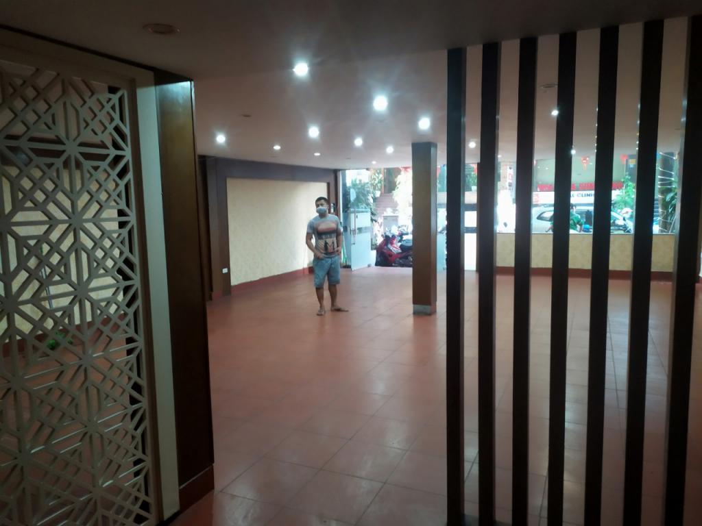 Cho thuê nhà Khúc Thừa Dụ, Cầu Giấy: DTSD 260m2, R 7m - công viên Cầu Giấy.