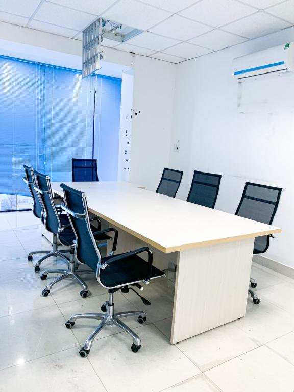 Văn phòng cho thuê 35m2 view kính, ngăn sẵn phòng, thiết kế sang trọng tại Quận 3