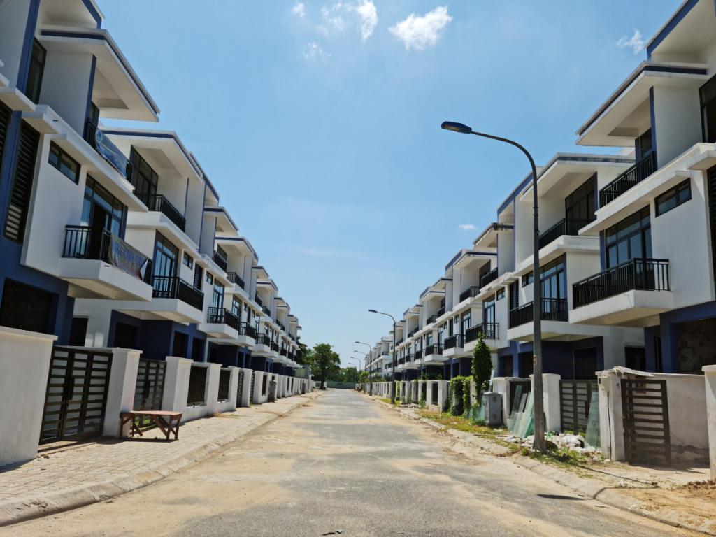 Cần tiền bán gấp căn nhà phố 5x20 tại đông tăng long Q9 với giá 6,8 tỷ/căn.